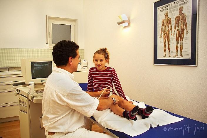 Ärzte bei der Behandlung. Fotograf Manjit Jari fotografiert Sie.