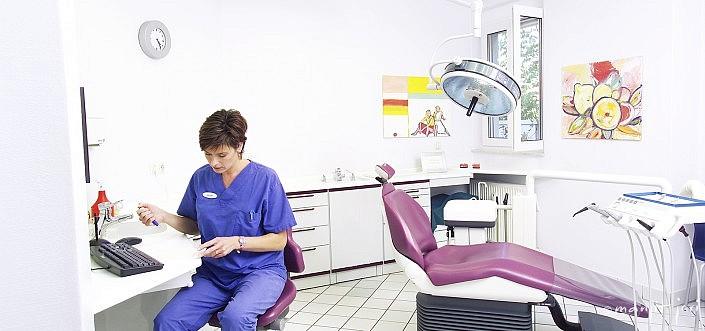 Ein ÄrzteFoto für die Webseite von Manjit Jari in einer Zahnarztpraxis fotografiert.