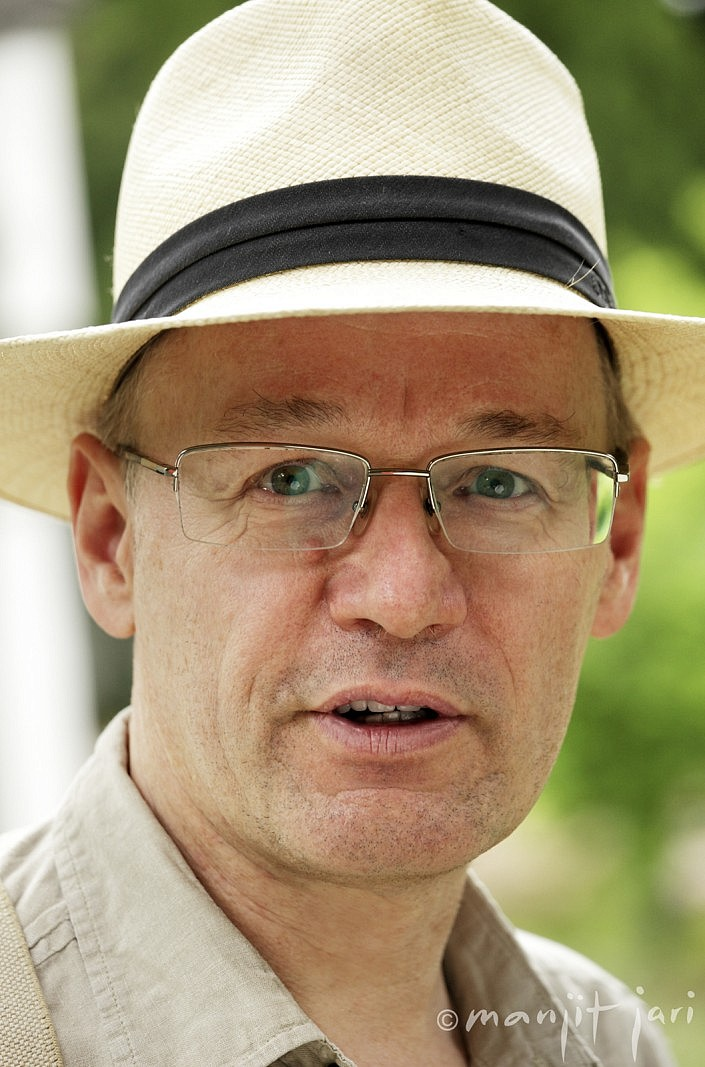 Manjit Jari fotografiert einen Mann mit Hut