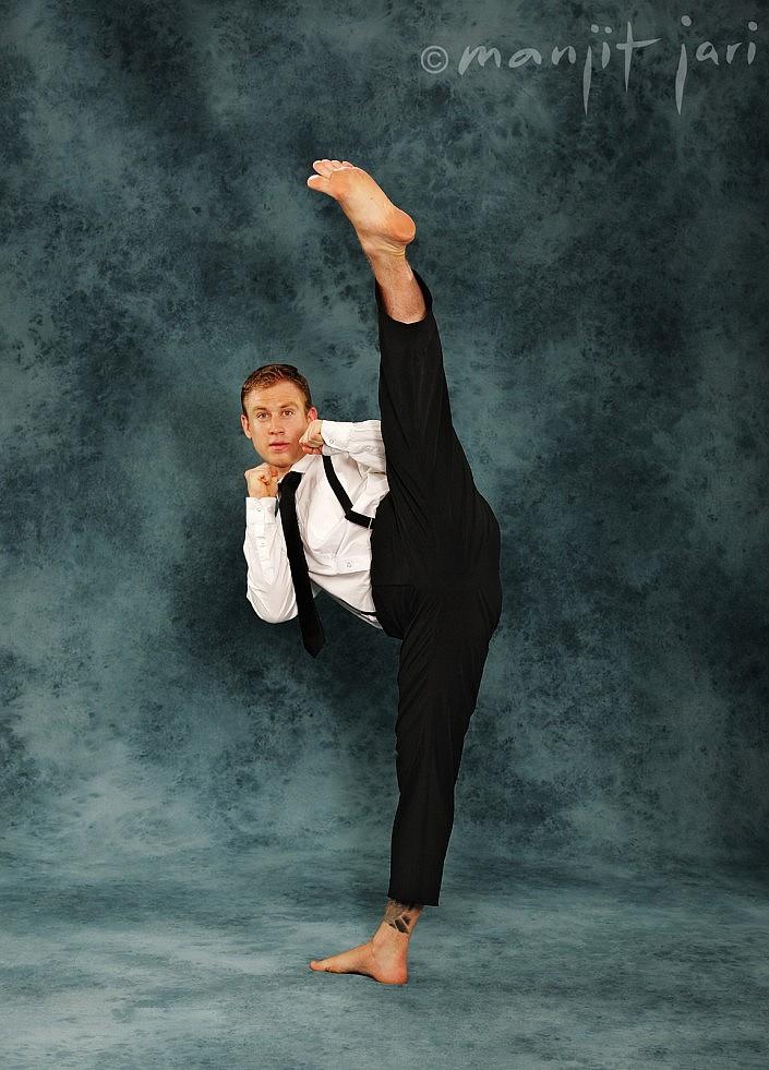 Shaolin-Gongfu Sportfoto von einem Kung Fu Kämpfer im Atelier für Fotografie fotografiert