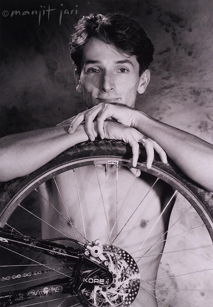Mann mit Fahrrad als sein Hobby von Manjit Jari fotografiert.
