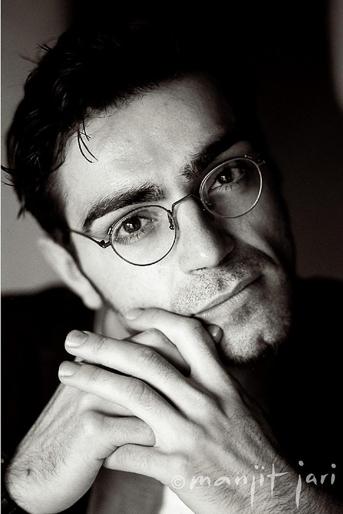 Portraitfotograf Manjit Jari macht ein Männerportrait.