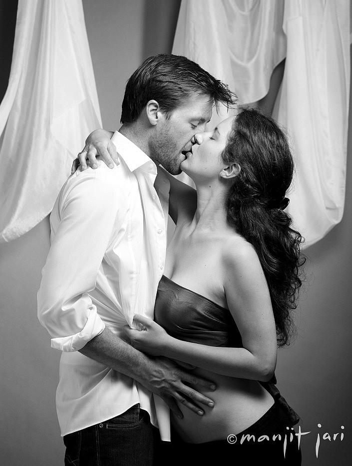 erotische Küsse von einem Liebespar von Manjit Jari fotografiert