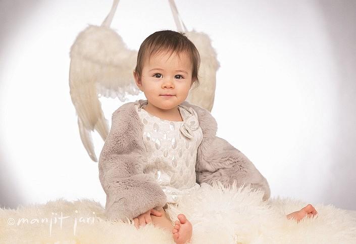 Engelskinder, Baby mit Engelsflügeln von Manjit Jari fotografiert