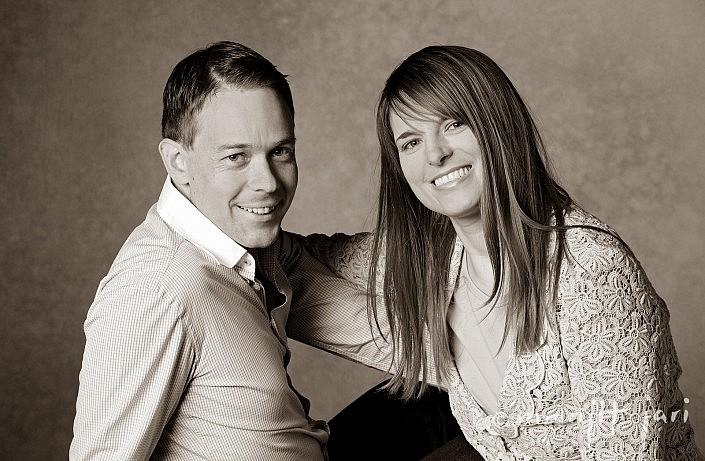 Ein glückliches Paarfoto im Atelier für Fotografie entstanden