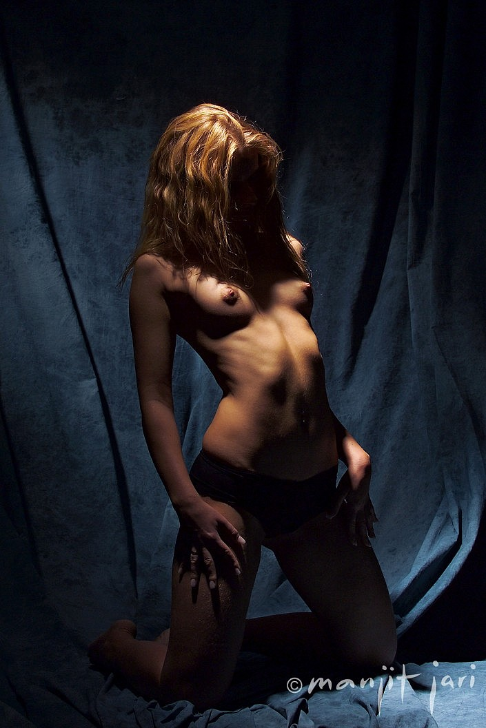 Der Aktfotograf Manjit Jari spielt mit Lichteffekten.